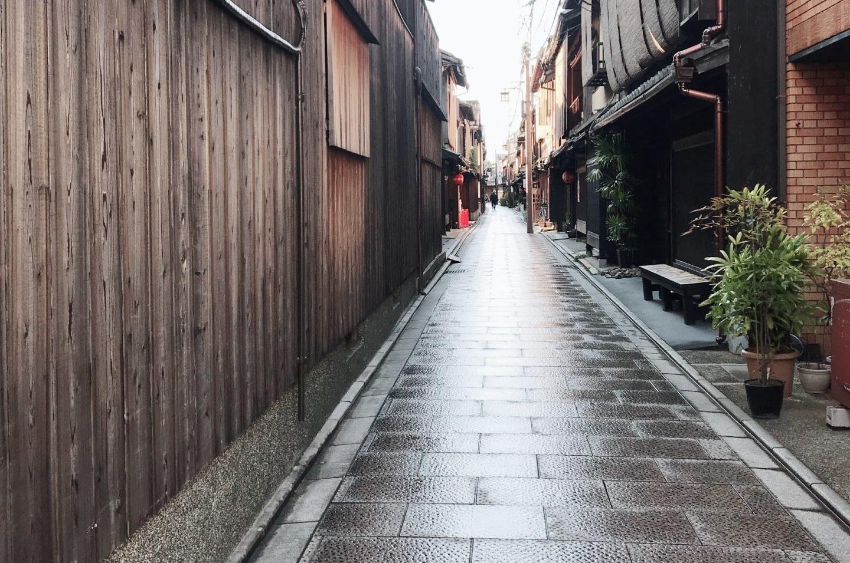 京都の狭い道のイメージ