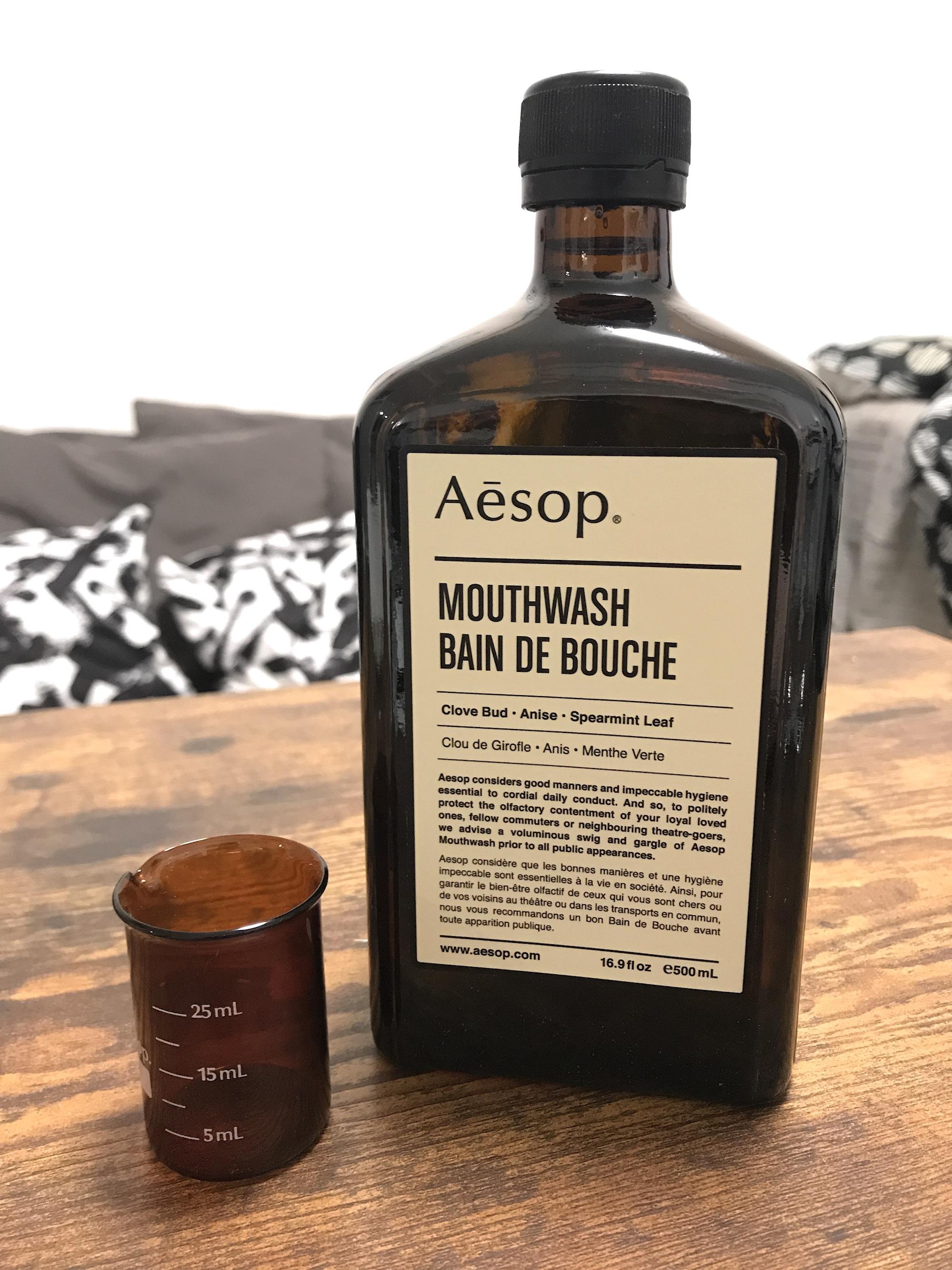 Aesop マウスウォッシュの商品と付属するビーカーの写真